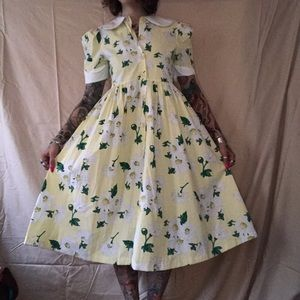 Vintage yellow daisy below knee housewife dress